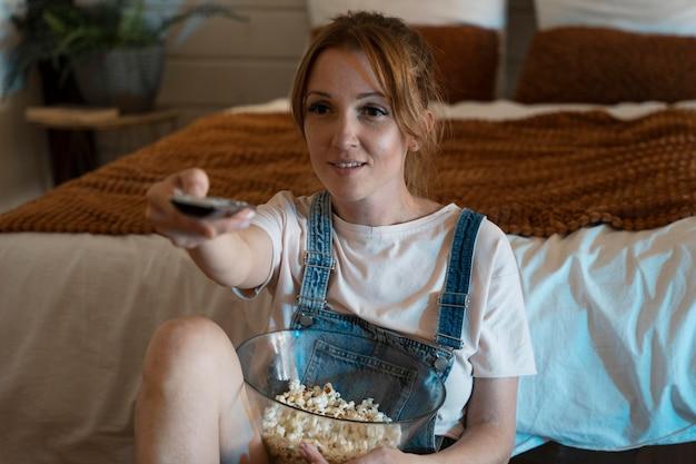 Frau schaut sich zu hause einen film an