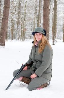 Frau schießen im schnee