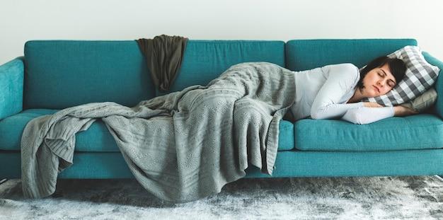Frau schläft auf dem sofa