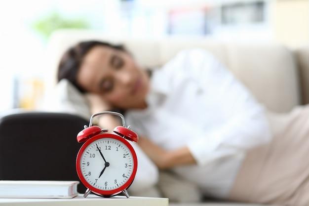 Frau schläft im büro