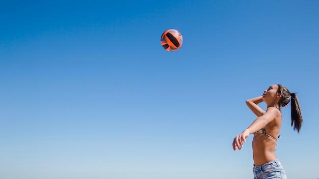 Frau schlägt volleyball