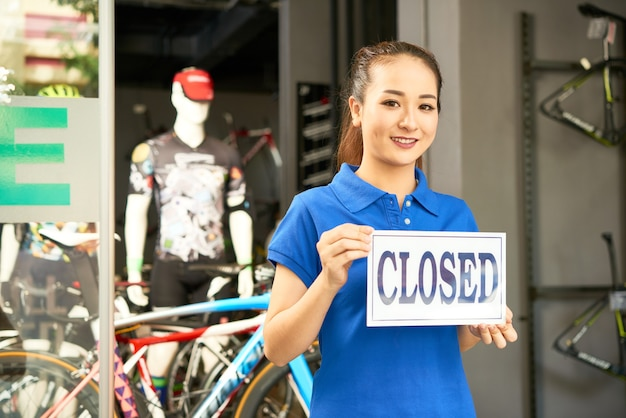 Frau schließt fahrradladen Premium Fotos