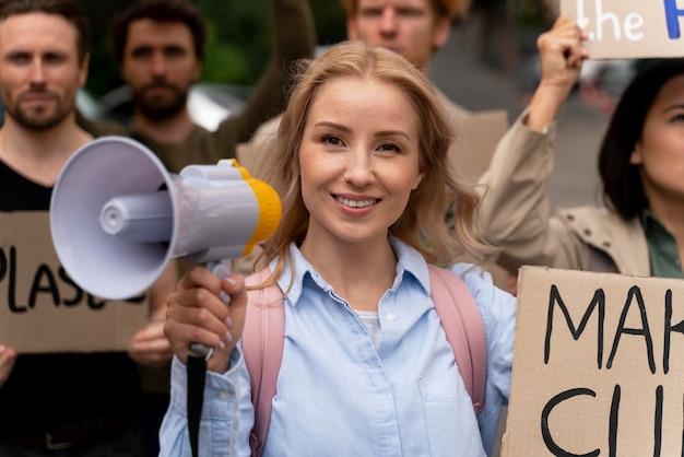 Frau schließt sich einem protest gegen die globale erwärmung an