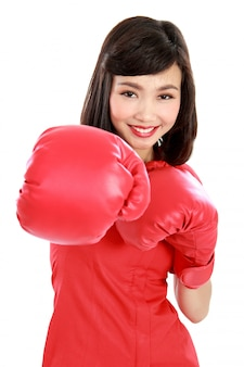 Frau schlug auf sie mit roten boxhandschuhen