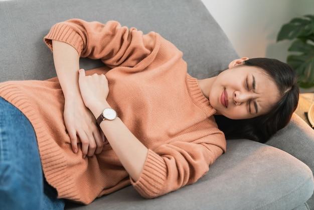 Frau schmerzen periode krämpfe, weil mit menstruation.