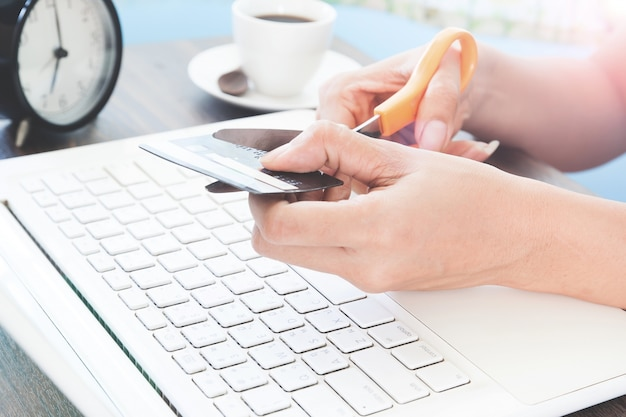 Frau schneiden kreditkarte, online-shopping-konzept