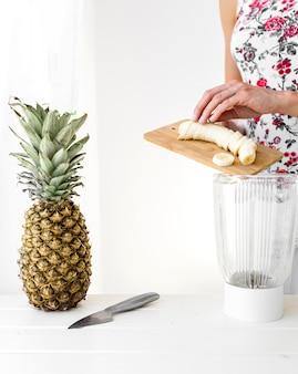 Frau schnitt eine bananenvoransicht