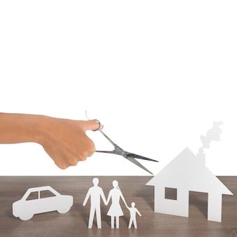 Frau schnitt silhouetten des familienautos und des hauses aus