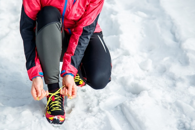 Frau schnürung laufen und sportschuhe. sportliche schuhe hautnah. fitness-motivation und gesundes lifestyle-konzept