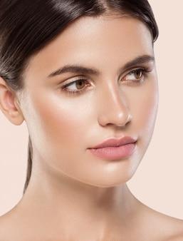 Frau schönheit gesicht gesunde saubere frische haut natürliche make-up schönheit augen und lippen weibliches junges modell