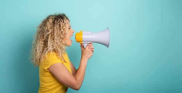 Frau schreit mit lautsprecher