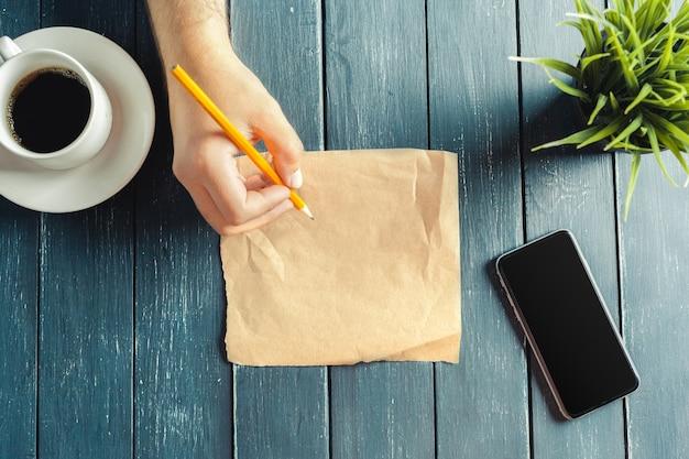 Frau schriftlich auf papier
