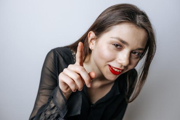 Frau schüttelt ihren finger in die kamera