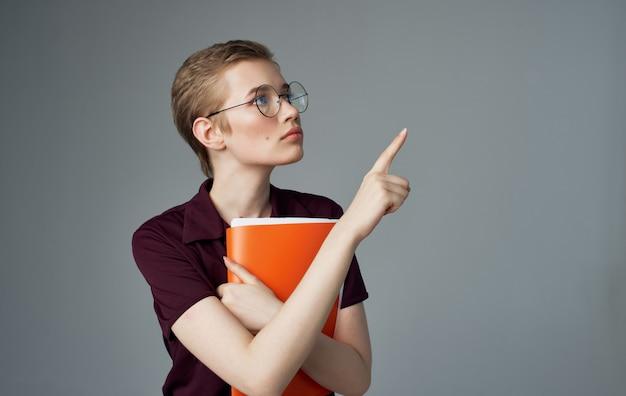 Frau sekretärin dokumente in händen der brille kurze frisur geschäftsfrau