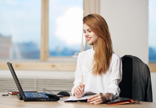 Frau sekretärin schreibtisch laptop-technologie