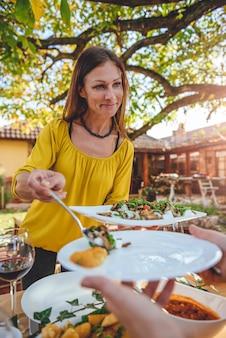 Frau serviert salat