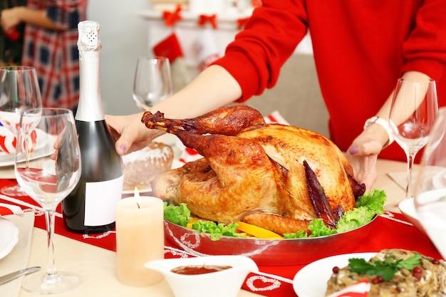 Frau serviertisch für thanksgiving-dinner, nahaufnahme