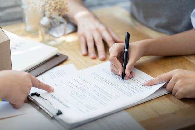 Frau setzen unterschrift dokument darlehen vertrag, immobilienkauf