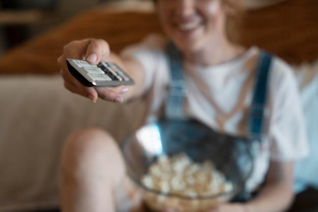 Frau sieht sich zu hause einen film auf netflix an
