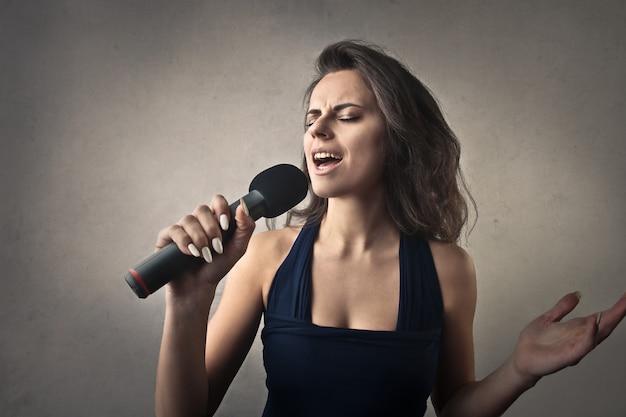Frau singen mit mikrofon