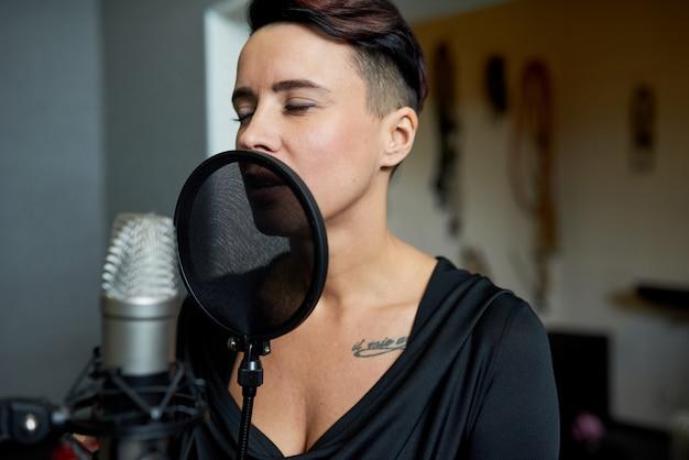 Frau singt im tonstudio