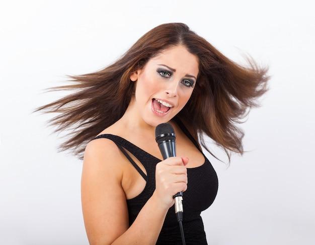 Frau singt