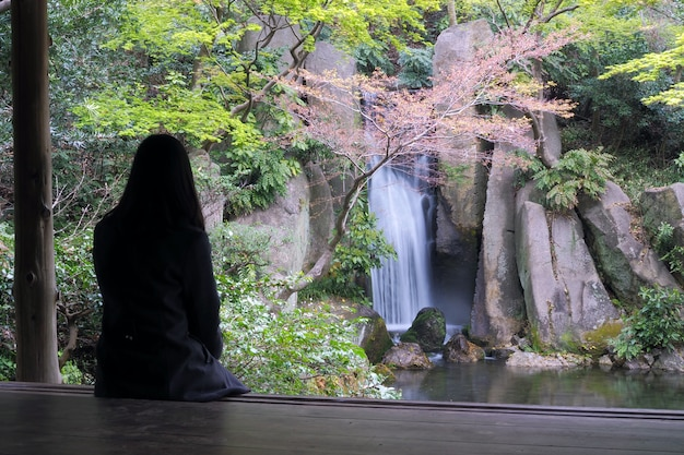 Frau sitzt alleine gestresst, einsam, enttäuscht