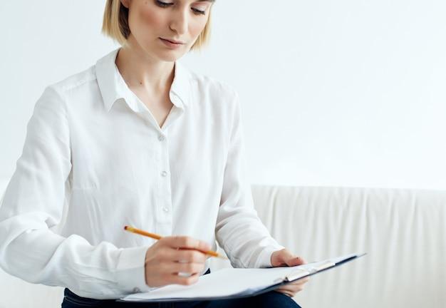 Frau sitzt an der rezeption beim psychologen probleme stress