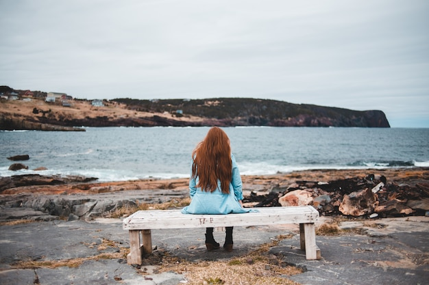 Frau sitzt auf bank