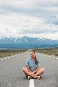 Frau sitzt auf der straße