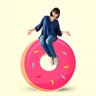 Frau sitzt auf einem donut