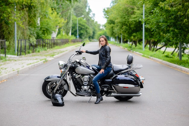 Frau sitzt auf einem motorrad und lächelt.