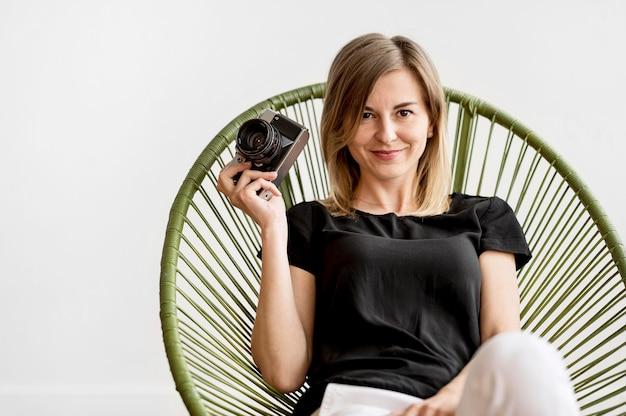Frau sitzt auf einem stuhl