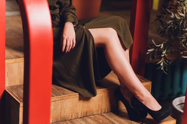 Frau sitzt auf treppen