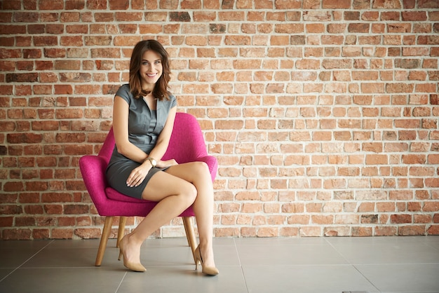 Frau sitzt bequem auf dem stuhl