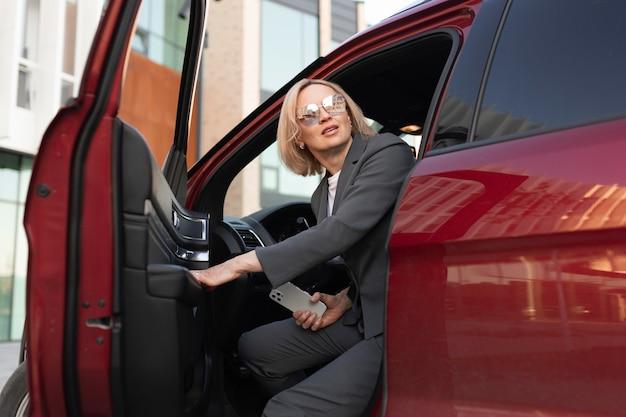 Frau sitzt im auto mittlerer schuss