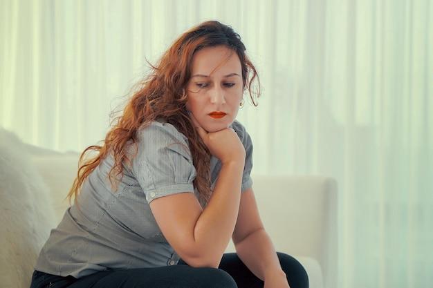 Frau sitzt im raum und schaut zur seite