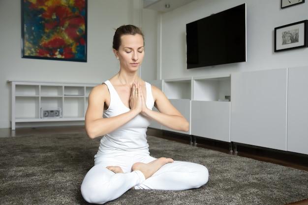 Frau sitzt in lotus übung
