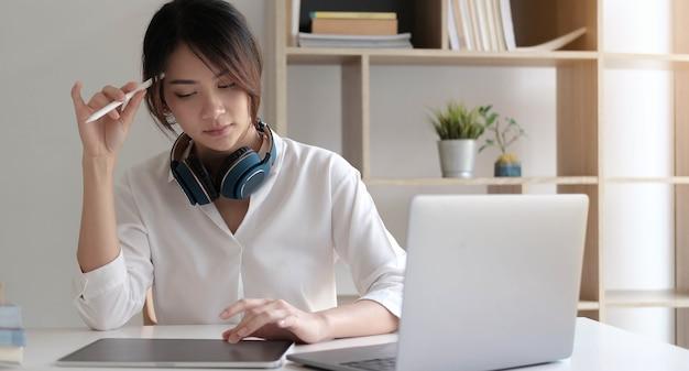 Frau sitzt ues laptop, der an problemlösung denkt, nachdenklicher weiblicher angestellter, der über die idee nachdenkt, die computerbildschirmentscheidungsentscheidung betrachtet