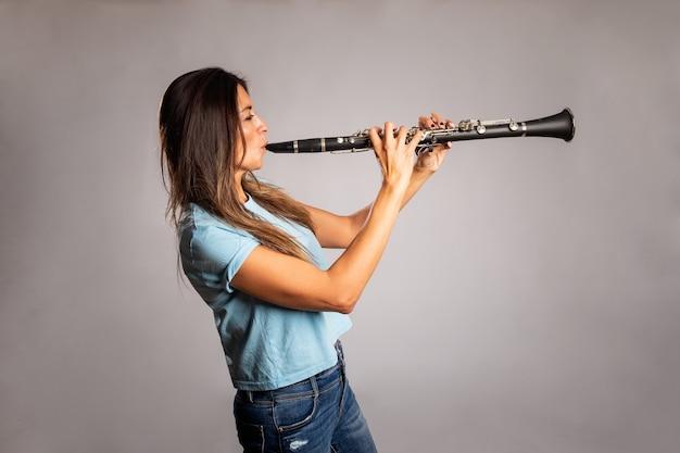 Frau spielt klarinette
