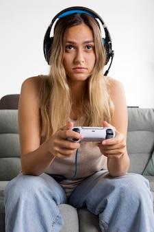 Frau spielt mit controller mittlerer aufnahme
