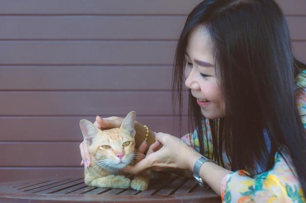 Frau spielt mit einer katze