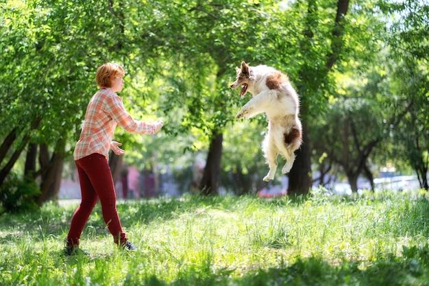 Frau spielt mit ihrem hund