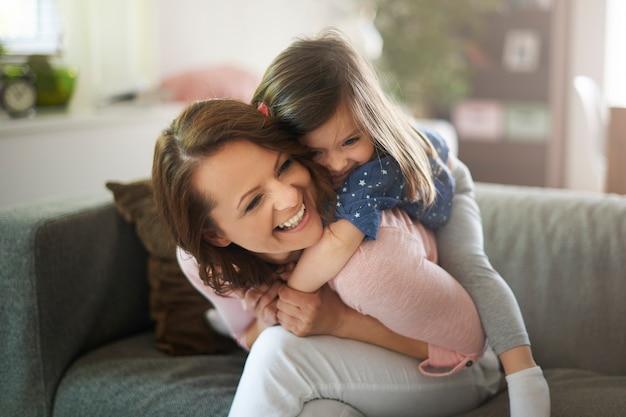 Frau spielt mit ihrem kind