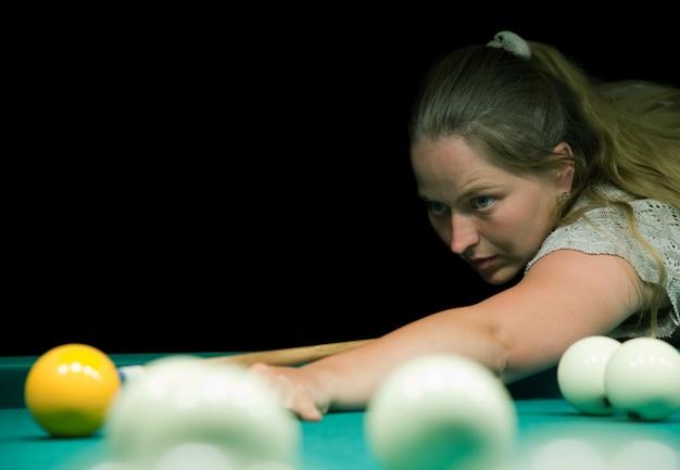 Frau spielt russische billard