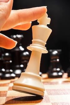 Frau spielt schach