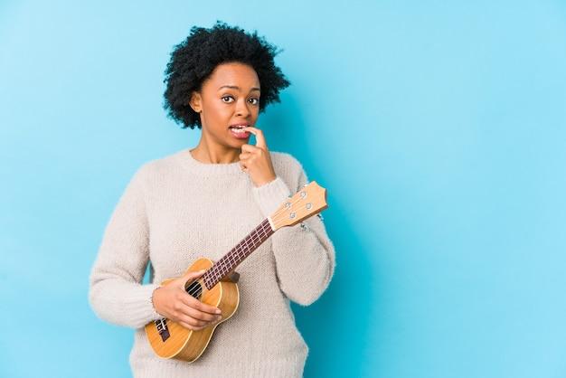 Frau spielt ukulele im studio