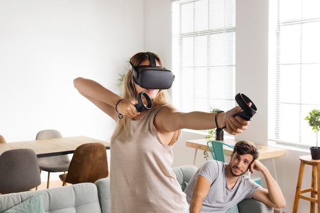 Frau spielt videospiel mittlerer schuss