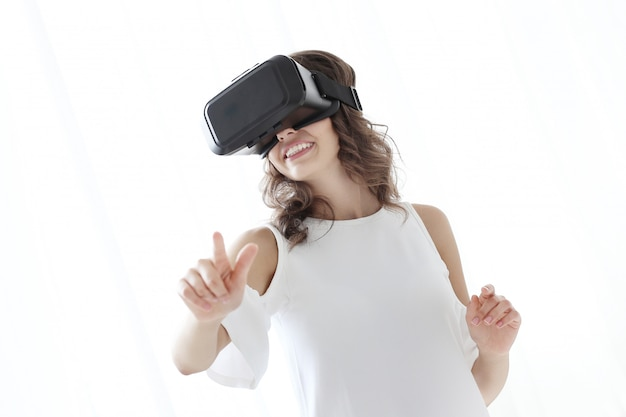 Frau spielt zur virtuellen realität
