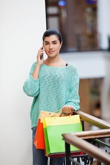 Frau spricht am telefon
